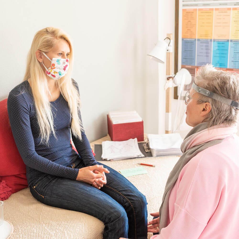 Beispiel einer kinesiologischen Behandlung mit Masken